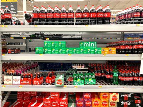 refrigerante na estante cadeia de suprimentos