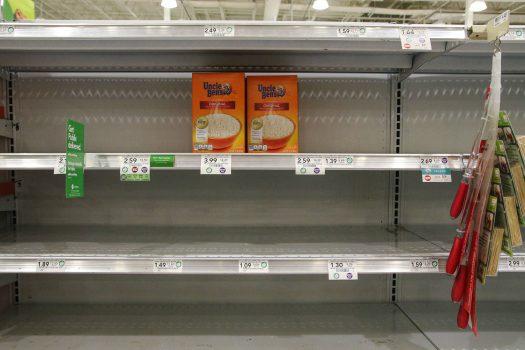 Acompanhamento da execução do S&OP - gôndolas de supermercado vazias