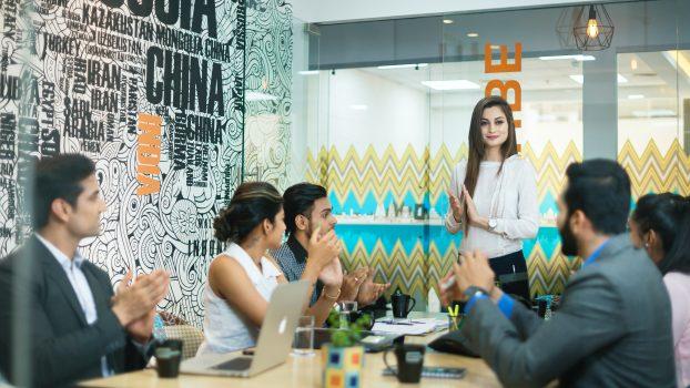 reunião da equipe de marketing para o planejamento de vendas e operacoes